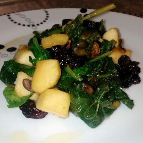 Receta: Espinacas con pasas y manzana